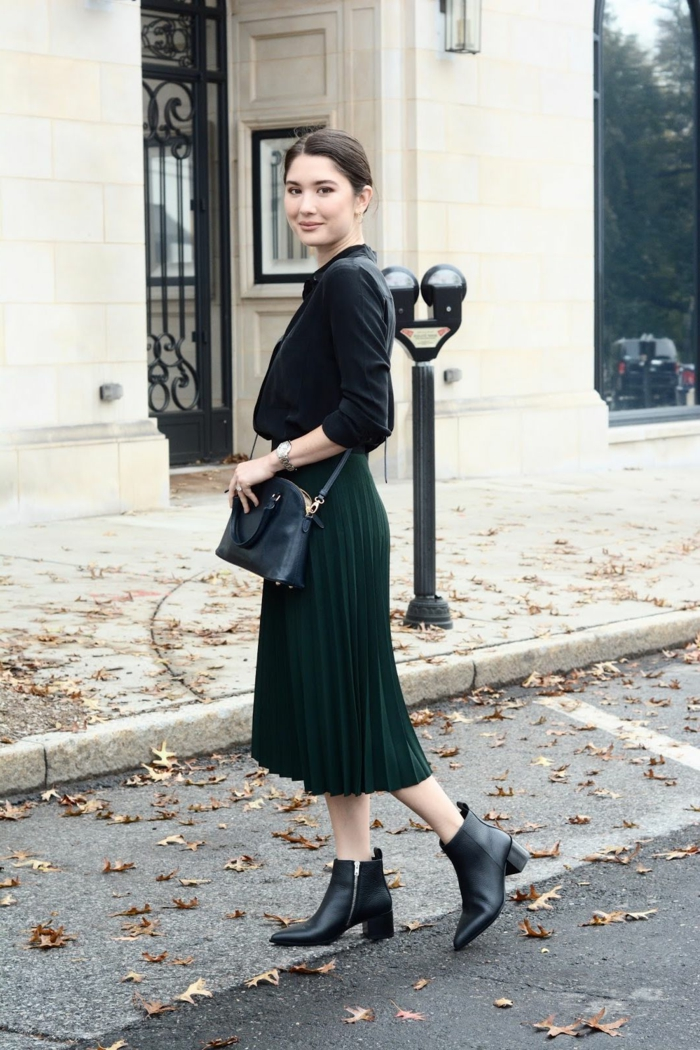 chic tenue automne midi jupe noire jupe longue plissée femme bien habillée tenue de jour avec bottines