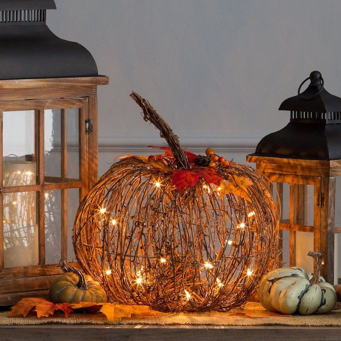 citrouille de branches avec deco feuilles d automne et guirlande lumineuse lanternes halloween exemple deco halloween fait main