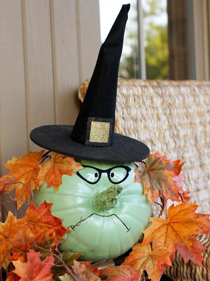 citrouille halloween deco motif sorciere avec chapeau sorciere feuilles d automne décoration halloween à fabriquer pour l exterieur