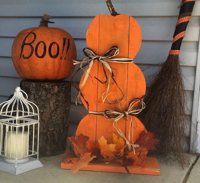 citrouille halloween et decoration halloween motif courge en bois recyclé balais de sorciere et guirlande de feuilles moertes cagette d oiseau bougie