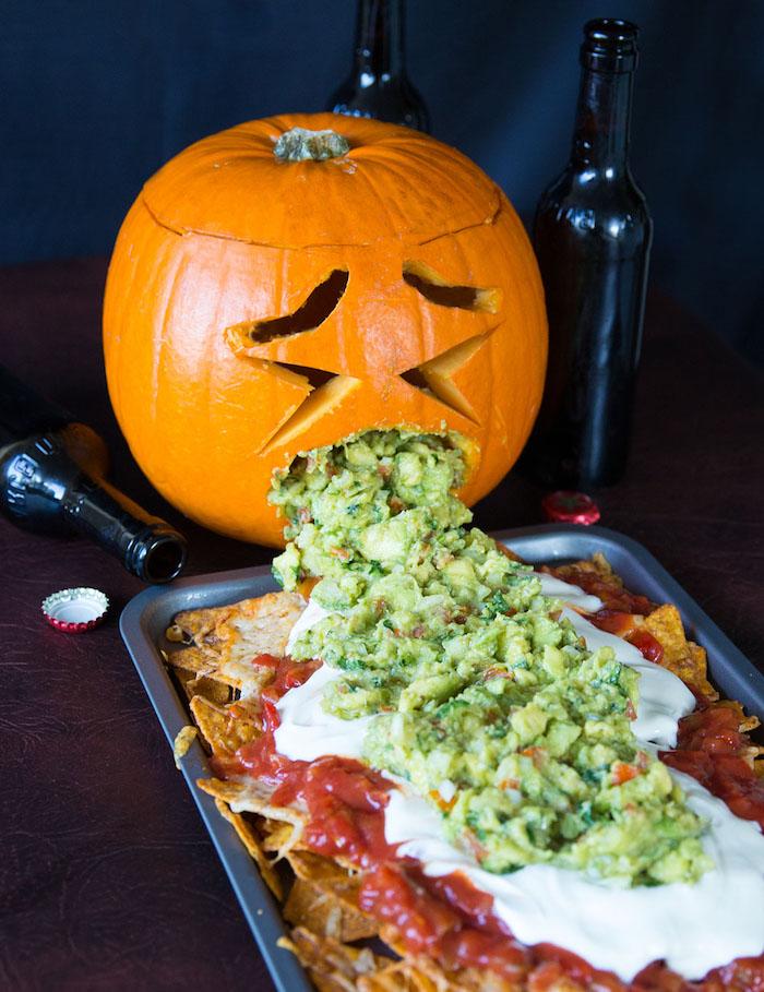 citrouille qui vomit repas d hallowen farci de guacmole idee originqles pour vos invites