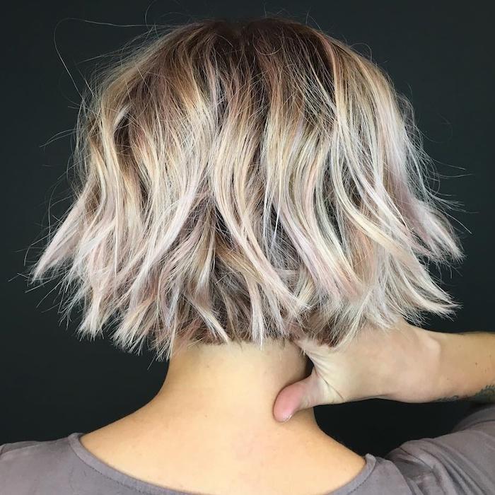 coiffure mi long multi coloree meches blondes et rose femme avec une tatouage