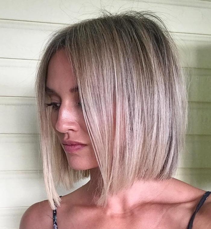 coiffure mi long une femme blonde avec des cheveux fins et lisses coiffure plat