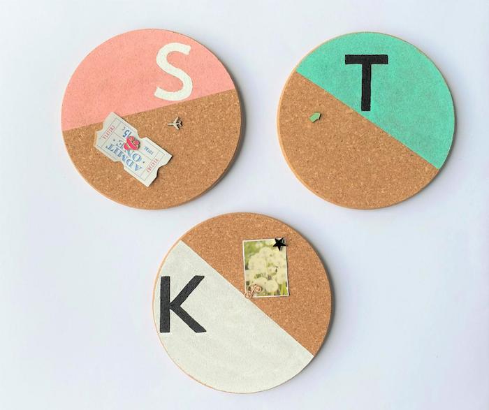 comment faire un tableau memo original en dessous d assiette en liege coloré de peinture bricolage facile et rapide et utile enfant école rentrée scolaire