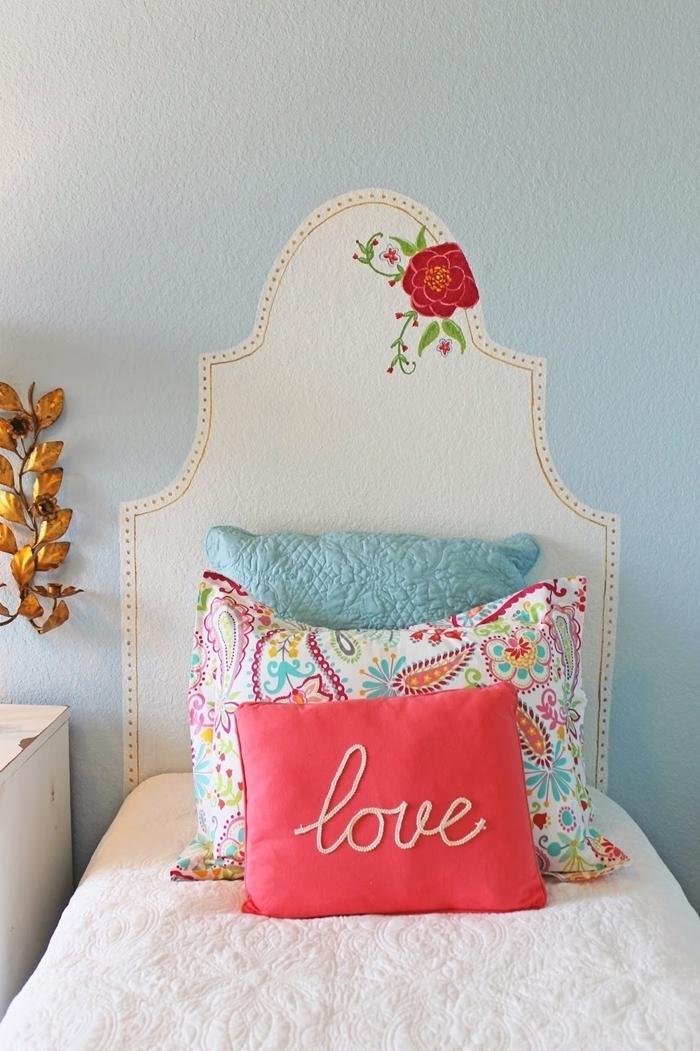 comment faire une tete de lit blanche avec peinture murale dessin fleur rouge bordure tête de lit dots dorés coussins décoratifs