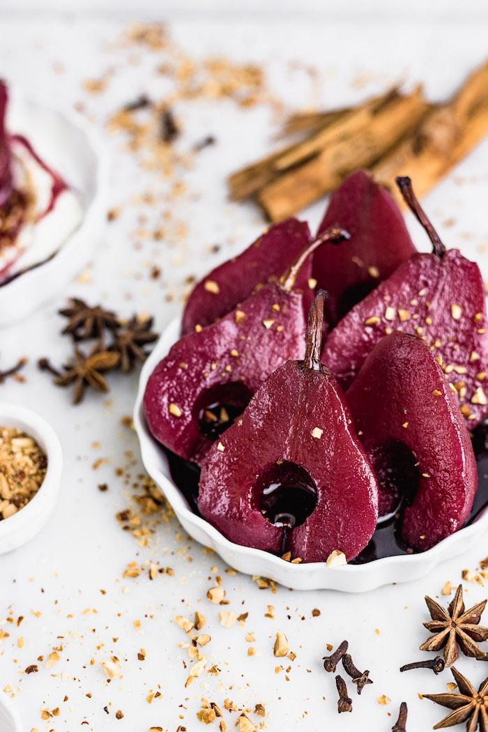 comment pocher des poires dans du vin rouge avec reduction de vin amandes grillées et crème fouettée dessert exquis recette