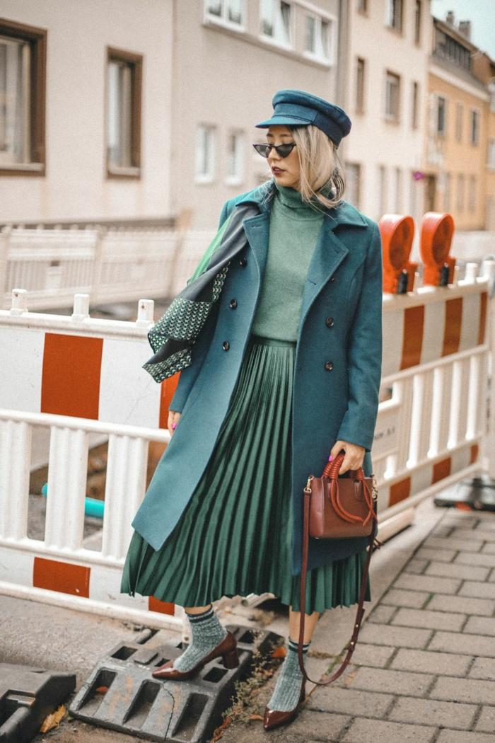 comment porter la jupe plissée tenue avec baskets simple style en vert blogueuse