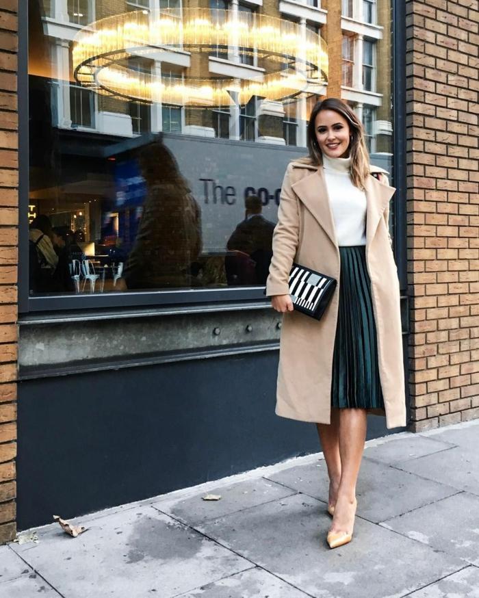 comment porter une jupe plissée en hiver tenue jupe plissee longue manteau camel