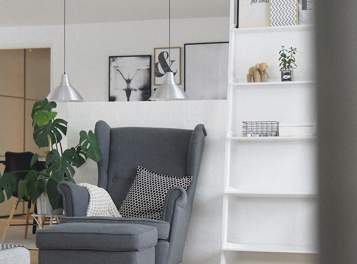comment ranger sa chambre salle de sejour en style minimaliste fauteuil tabourette gris a cote d une etagere