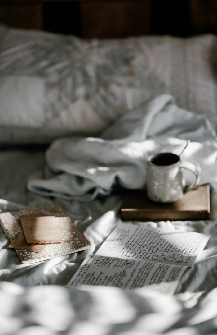 comment rendre une chambre plus belle linge de lit blanc hiver etoile argentee café et livre sur le lit