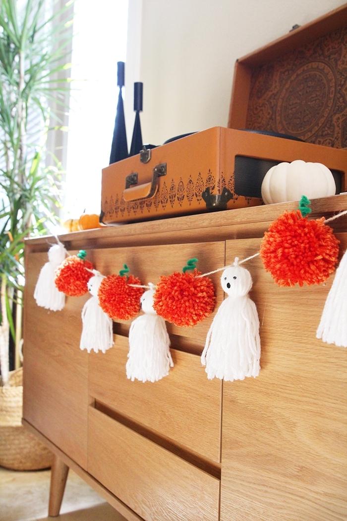 commode bois clair décoration à faire soi même facile rapide bricolage pompon rouge pommes guirlande halloween