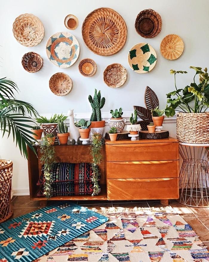 commode bois marron tapis multicolore frange panier cache pot tressé panier mural ethnique plantes vertes cactus