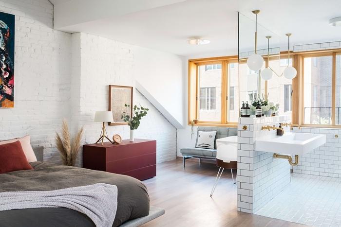 commode rouge plante verte intérieur mur briques blanche cadre photo bois lampe bois et blanc suite parentale salle de bain
