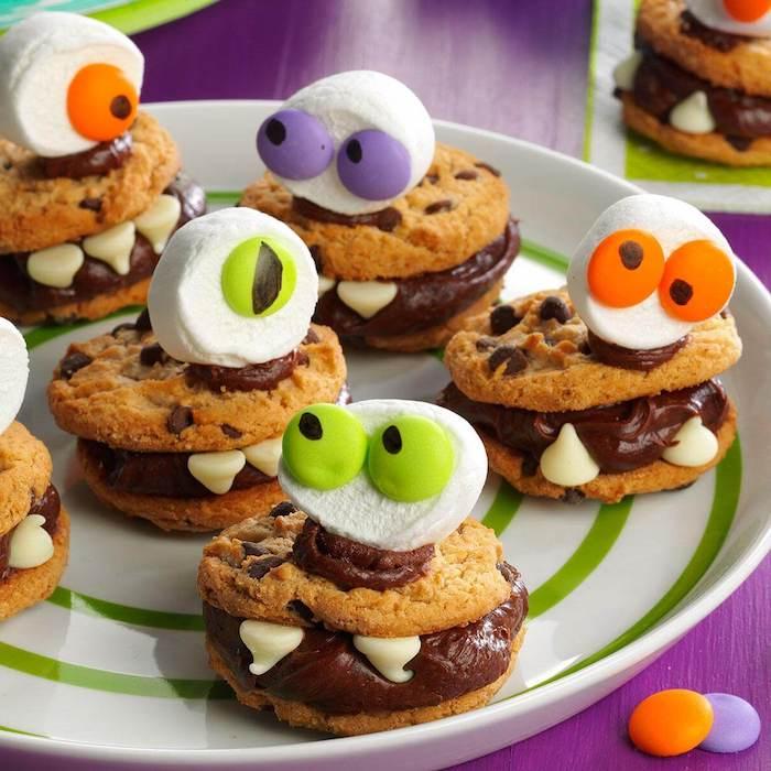 cookies monstres avec crème chocolat mousse des yeix en bonbons et tête guimauve dessert halloween enfant