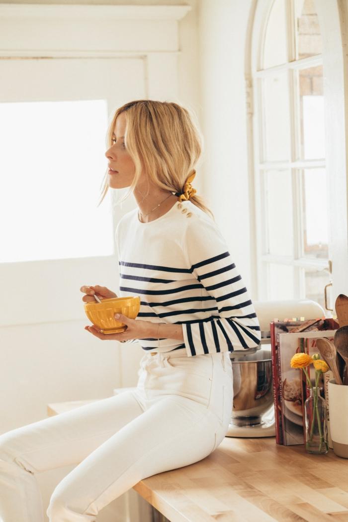 cool blanche tenue pull rayé jean blanc vestiaire des parisiennes style parisienne vetements bcbg femme a la maison bol jaune petit dejeuner