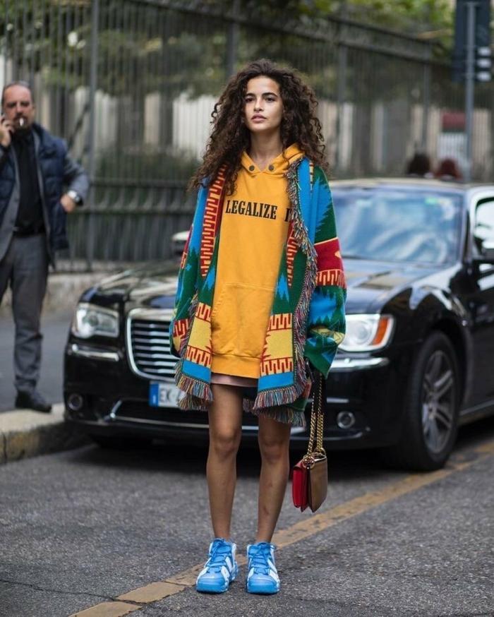 cool blouson jaune et poncho pardessus baskets bleus vestiaire des parisiennes style parisienne vetements bcbg