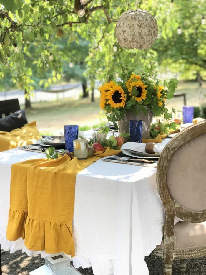 cool idée jardin déco mariage automne déco table d automne activité sur l automne nappe jaune et tournesols vase en verre