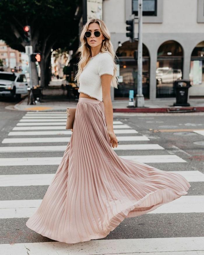 cool idée tenue femme automne jupe rose pale cropped top blanc comment porter une jupe longue idée de look jupe plissée