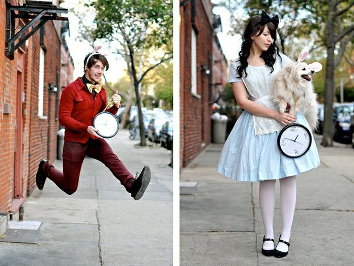 cool tenue alice au pays des merveilles en robe bleue et portant un chien le lapin en habits rouges dans la rue idée déguisement duo artistiques