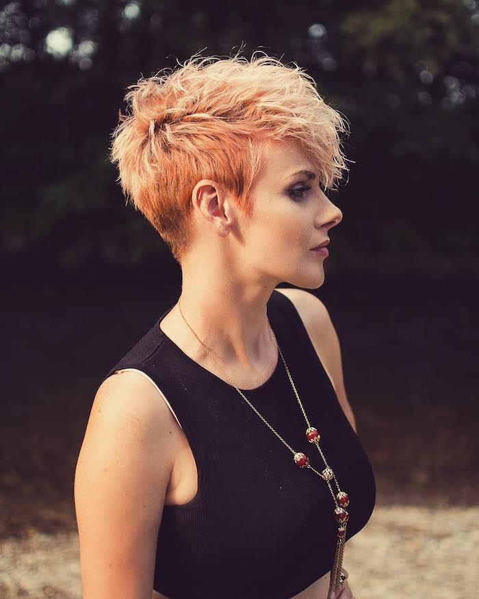 coupe courte cheveux fins une femme dans le salon de beaute coiffure tres courte et audacieuse