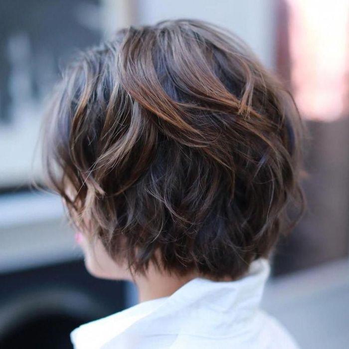 coupe courte femme cheveux fins cou nu une femme avec des grandes boucles d oreilles