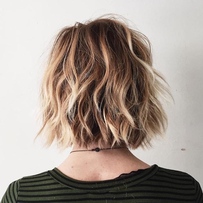 coupe de cheveux mi long femme en arriere avec une blouse en raies coiffure en ondes