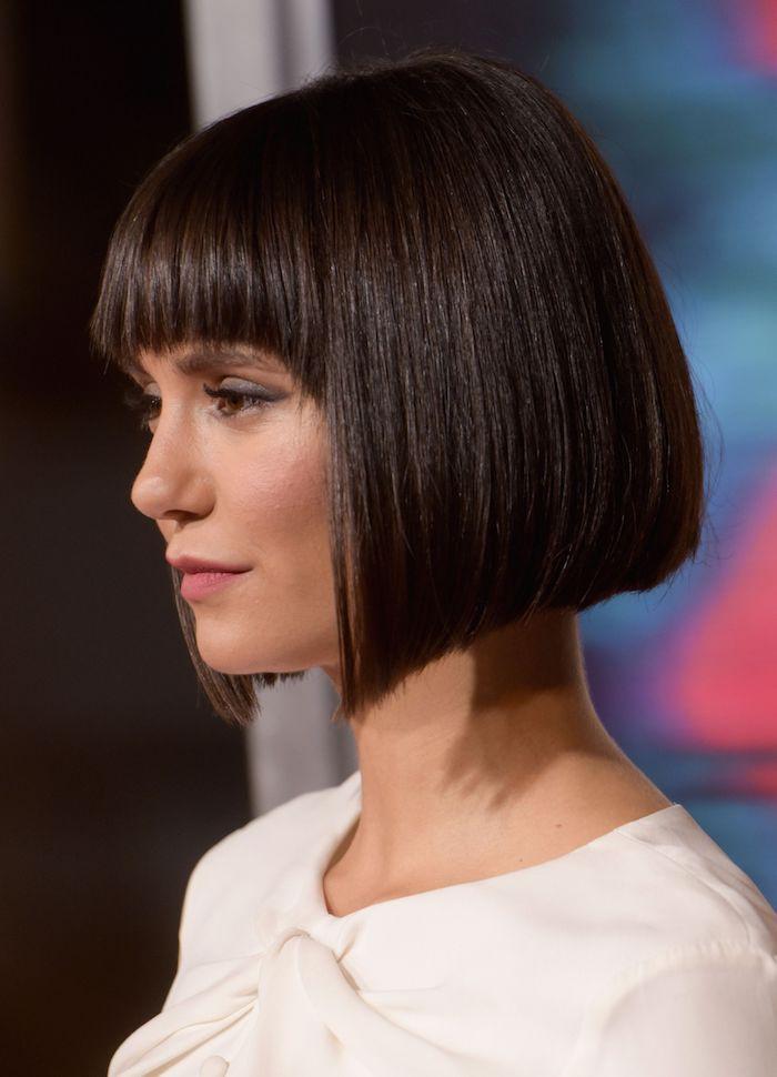 coupe pour cheveux fins et raides jeunne femme coiffure ombre en noir avec des fins rouges