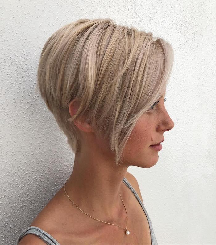coupe pour cheveux fins et raides une jeune fille mignon qvec une coiffure blonde