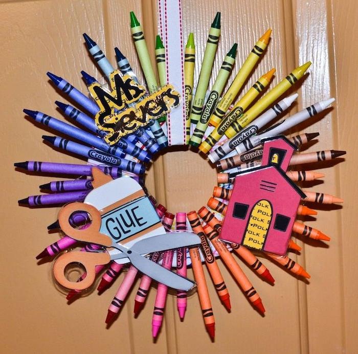 couronne de crayons colorés avec des décorations papier rentrée idée activité manuelle pour enfant sur thème école