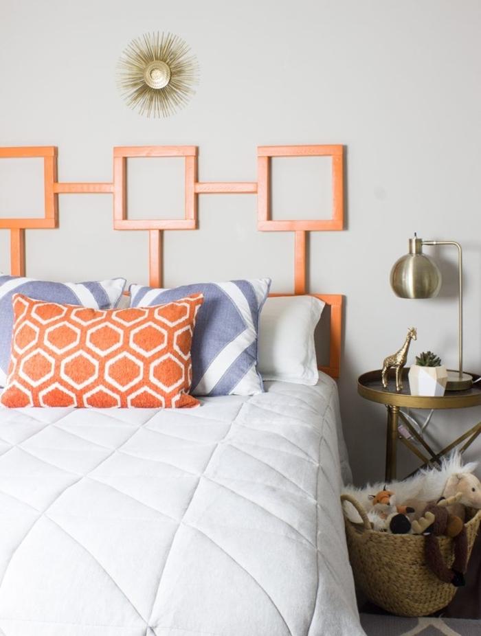 coussin décoratif en orange motifs héxagonaux diy deco tete de lit en morceaux bois peinture pour bois orange table de chevet dorée