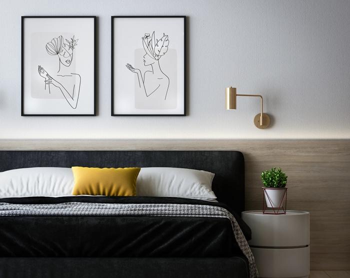 coussin jaune moutarde aménagement chambre adulte style minimaliste revêtement mural panneaux bois applique murale or