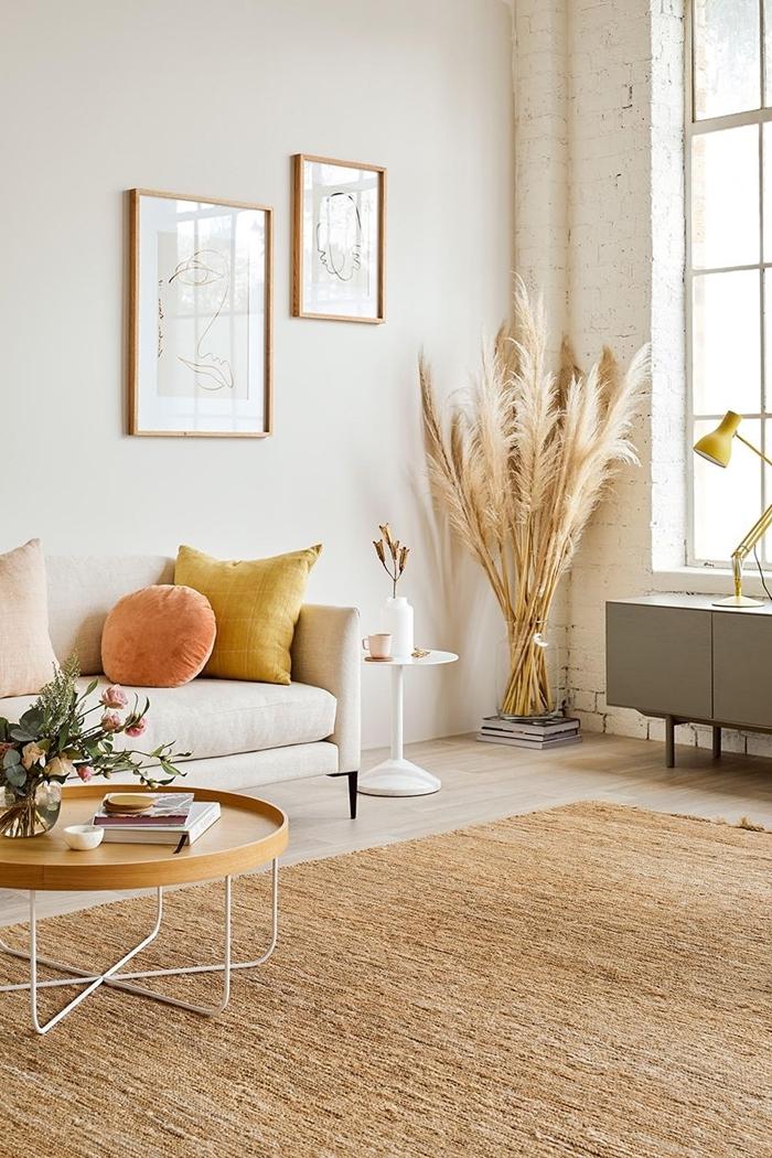 coussin jaune moutarde tapis jute fibre végétale déco salon blanc et bois table bassebois dame jeanne pampa cadre photo bois
