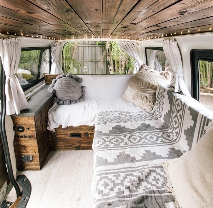 coussin rond gris pompons jeté motifs ethniques gris et blanc guirlande lumineuse aménager un van plafond bois foncé