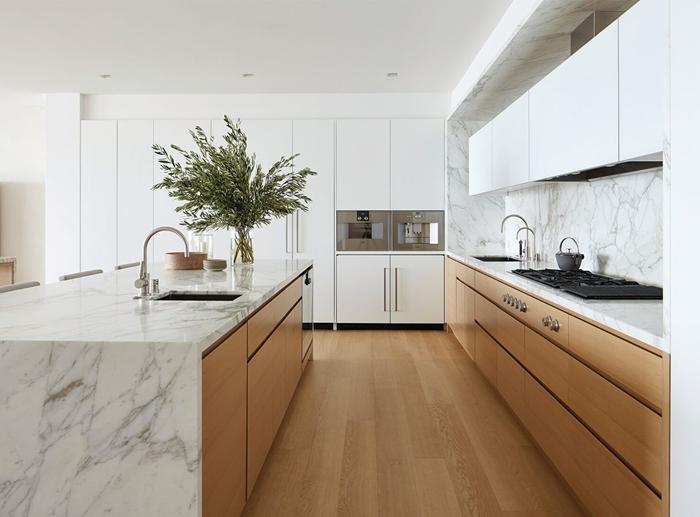 cuisine blanche et marbre armoires bois crédence marbre blanc meubles haut blanc robinet inox agencement cuisine avec îlot