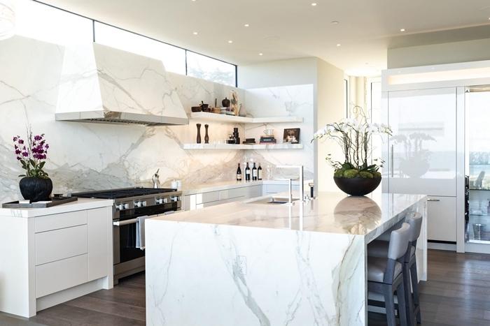 cuisine blanche et marbre décoration intérieure style moderne déco de cuisine blanche avec parquet bois foncé éclairage spots led