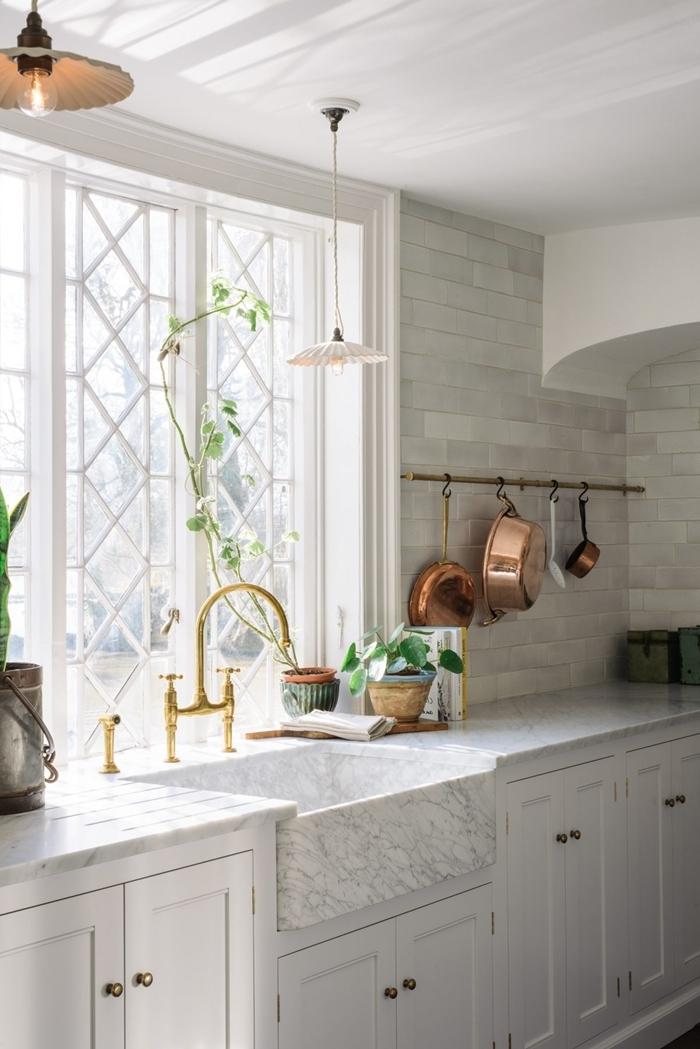 cuisine en marbre comptoire robinet doré vaisselle rose gold fenêtre décoration cuisine blanche avec accents métal