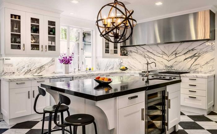 cuisine marbre blanc crédence cuisine style luxueux design intérieur déco cuisine en blanc et noir avec accents inox