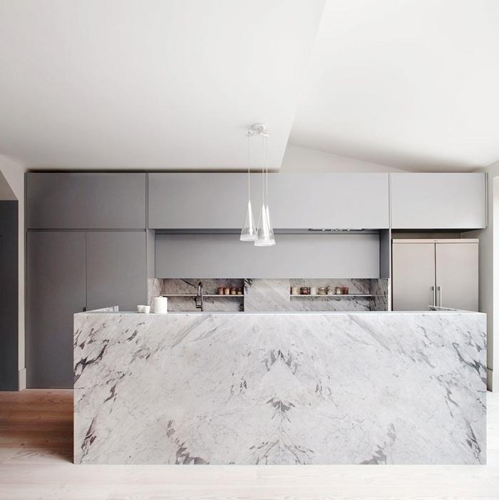 cuisine marbre blanc parquet bois clair revêtement de sol bois cuisine agencement en longueur cuisine avec îlot central