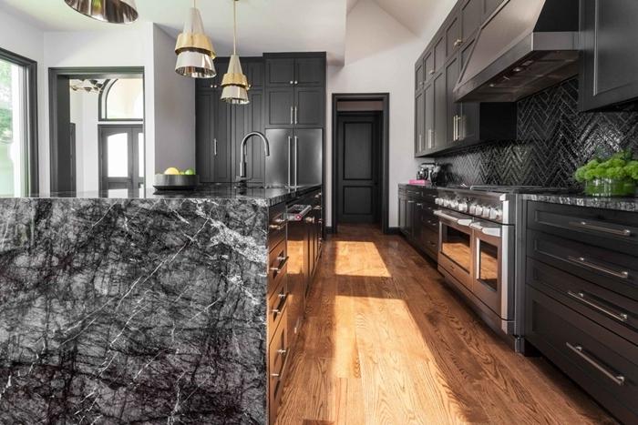 cuisine noire et blanche parquet bois idee deco cuisine moderne agencement cuisine en longueur avec îlot central