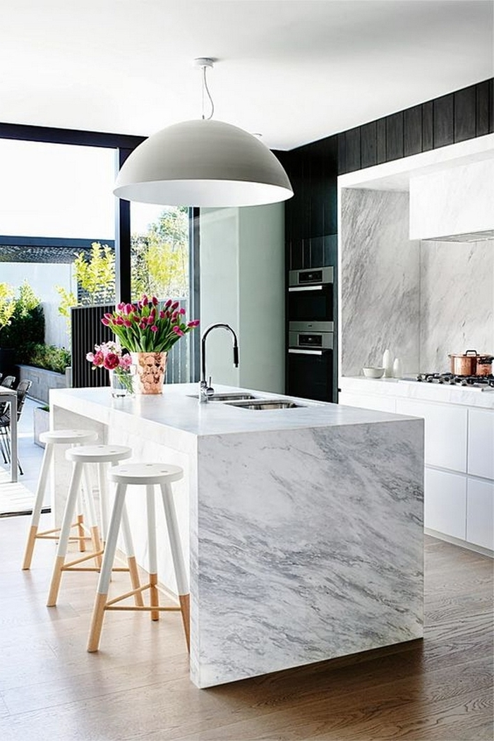 cuisine plan de travail marbre parquet bois sol cuisine moderne décoration en blanc et noir avec accents gris et bois