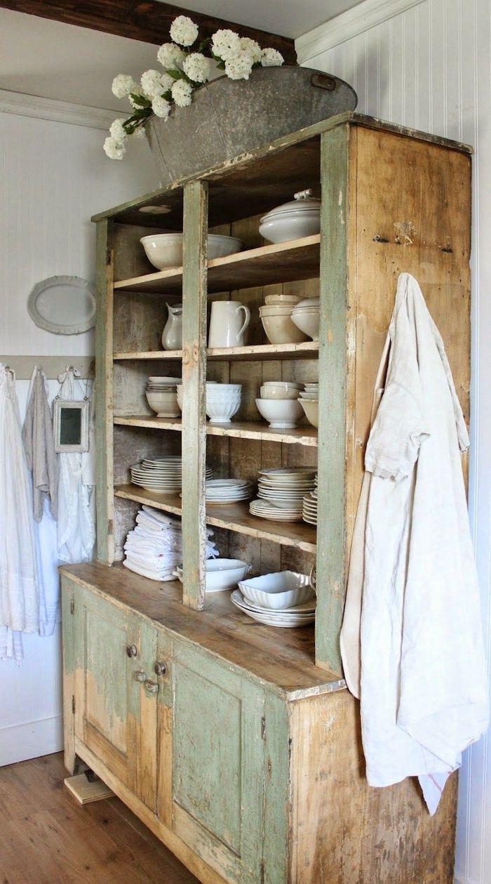 cuisine rustique moderne des asiettes dans un buffet ancien des serviettes aux murs