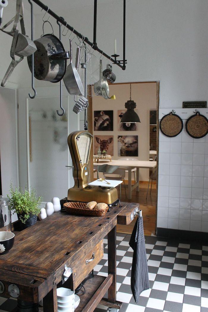 cuisine rustique moderne plancher en carrelage noir et blanc salle à manger balance ancienne relookée