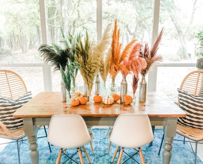 déco automne salle à manger table bois chaise bois et blanc deco ethnique chic chaisse rotin vase argent citrouilles