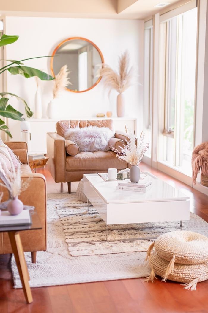 déco avec herbe de la pampa intérieur style bohème salon tapis frange motifs géométriques ottoman jute fauteuil cuir marron