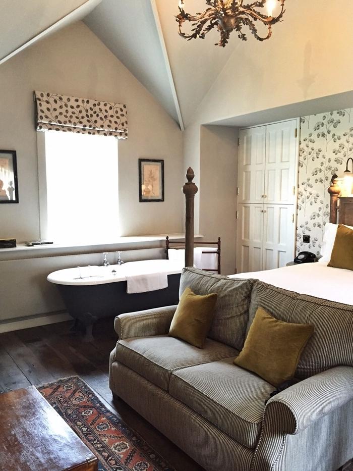 déco chambre sous combles canapé gris clair coussin vert kaki cadre photo noir salle de bain suite parentale parquet bois foncé