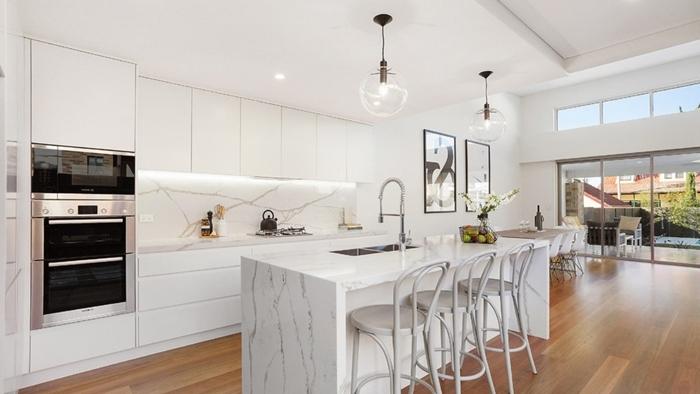 déco cuisine blanc et bois revêtement de sol bois clair meubles sans poignées cuisine blanche plan de travail imitation marbre
