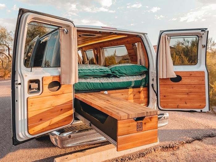 déco intérieur petit espace amenagement fourgon avec lit meubles convertibles rideaux fenêtres éclairage van murs bois