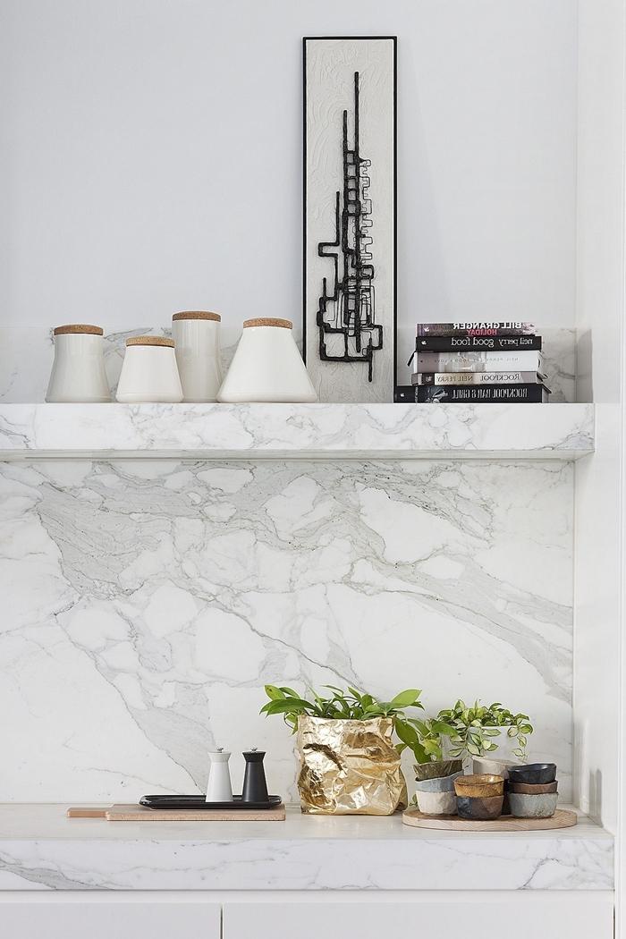 déco petite cuisine en logueur avec crédence marbre rangement mural étagère accessoires noires tendance cuisine 2020