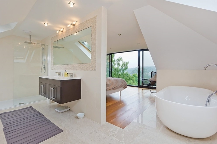 déco sous pente chambre blanche parquet bois carrelage salle de bain suite parentale tapis de bain gris éclairage spots led