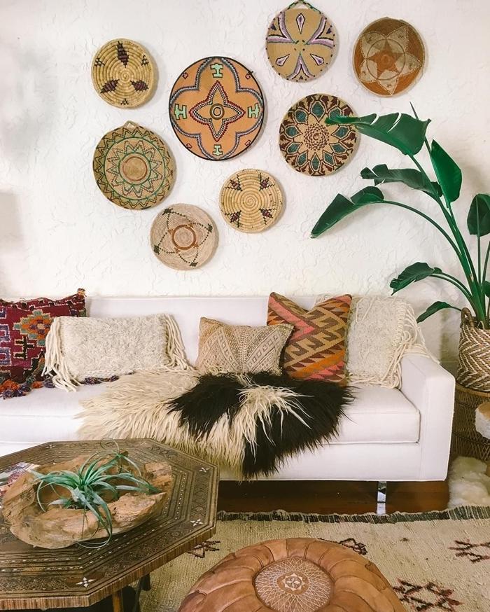 décoration avec panier mural ethnique canapé blanc décoration intérieur bohème salon blanc meubles bois brut table